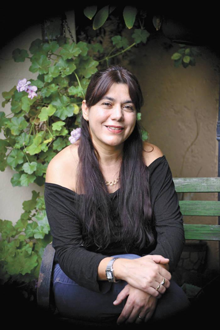 Laura Acuña, saltillense que sembró asclepias en su casa para que nacieran las monarcas. Foto: Luis Salcedo/Vanguargia