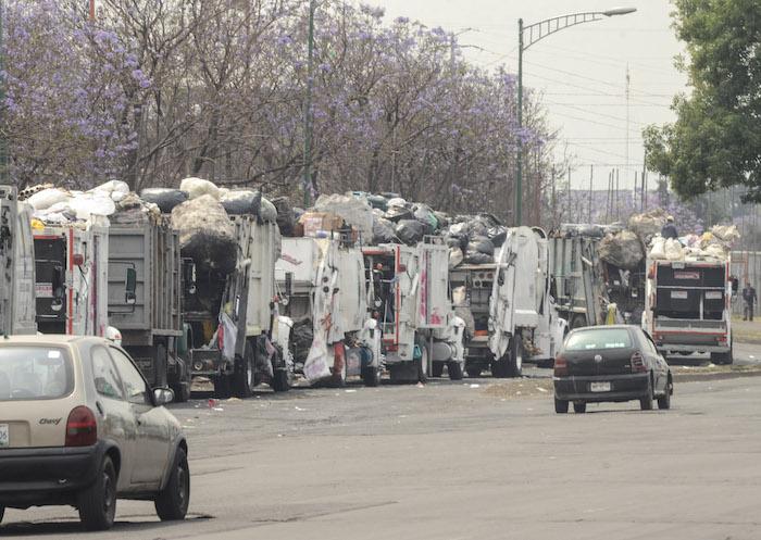 Camiones de limpia haciendo cola en la Central de Abasto. Mancera y Eruviel se enfrentaron por la crisis ambiental. Foto: Cuartoscuro