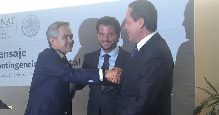Los mandatarios del Edomex, Eruviel Ávila., y de la Ciudad de México, Miguel Ángel Mancera, al finalizar la conferencia de prensa. Foto: Vía Twitter @RafaelPacchiano