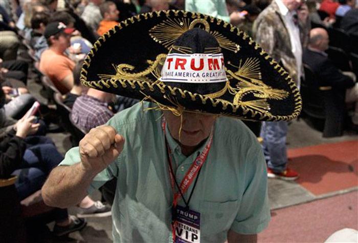 Jim Yates, usando un sombrero tradicional mexicano, participa en un mitin en apoyo del aspirante presidencial republicano Donald Trump en la Universidad Lenoir-Rhyne, en Hickory, North Carolina, el lunes 14 de marzo de 2016. Es el 17mo mitin de Trump al que asiste. Foto: Chuck Burton, AP