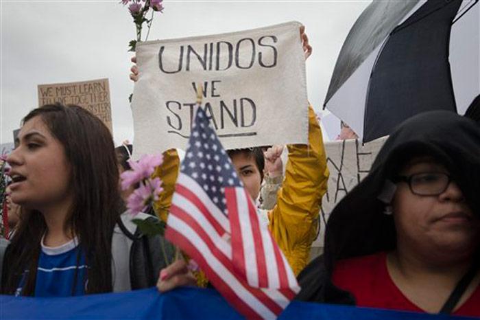 Un grupo de manifestantes protestando ante un evento de campaña de Donald Trump en West Chester, Ohio el 13 de marzo del 2016. Foto: John Minchillo, AP