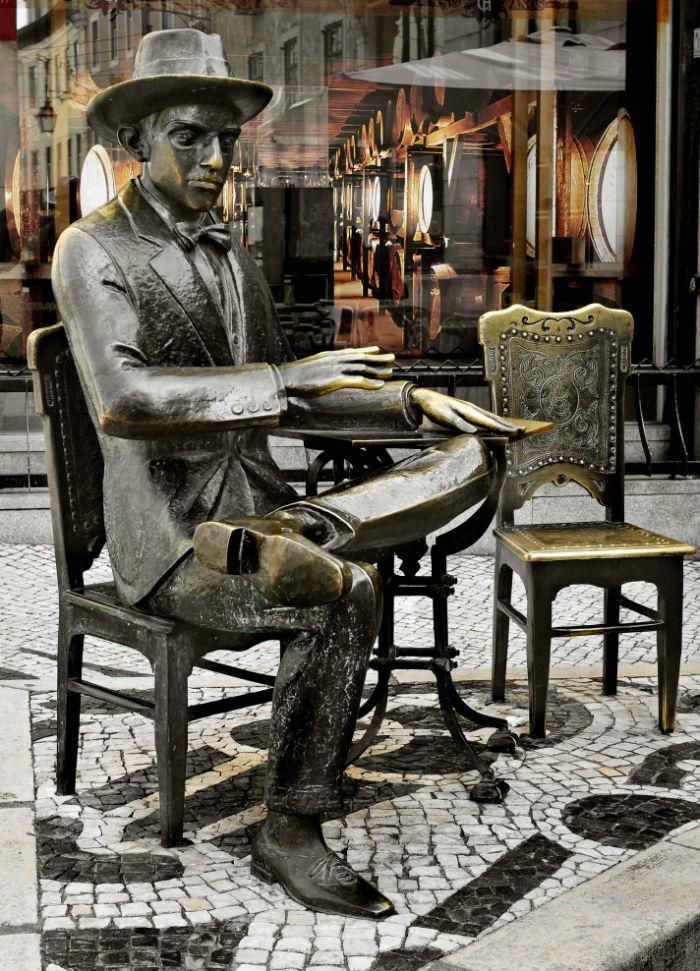 Estatua de Ricardo Reis en Lisboa. Foto: nito/Shutterstock