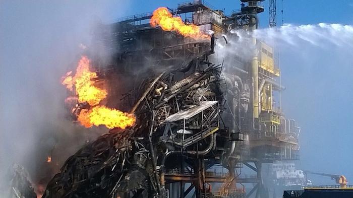 PLATAFORMA ABKATUN, SONDA DE CAMPECHE, 01ABRIL2015.- La madrugada de este miércoles se registro un incendio en la plataforma Abkatun A-Permanente ubicada en la Sonda de Campeche en el Golfo de México en donde PEMEX confirma 4 muertos y se registran al menos 16 trabajadores lesionados. El incendio se registró en el área de deshidratación y bombeo y se desalojaron aproximadamente 300 trabajadores a otras plataformas. FOTO: CUARTOSCURO.COM
