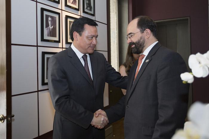 El Secretario de Gobernación junto al Secretario Ejecutivo de la CIDH, Emilio Álvarez Icaza. Foto: Cuartoscuro/Archivo.