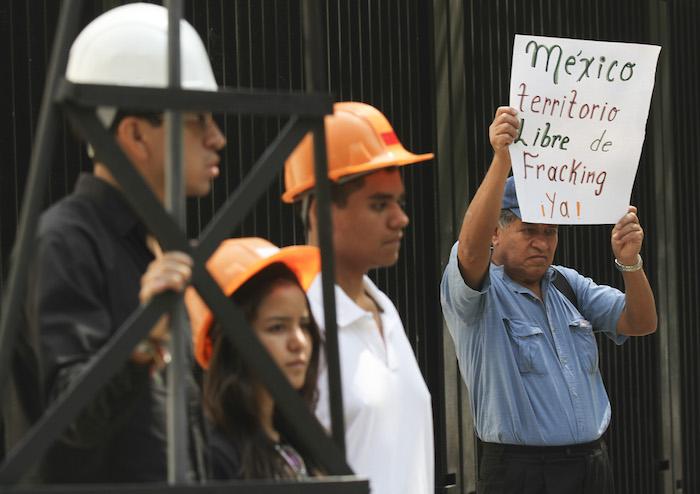 Integrantes de la Alianza Mexicana Contra el Fracking entregaron alrededor de 10 mil firmas al Senado de la República para exigir la prohibición de la fractura hidráulica en México. Foto: Cuartoscuro