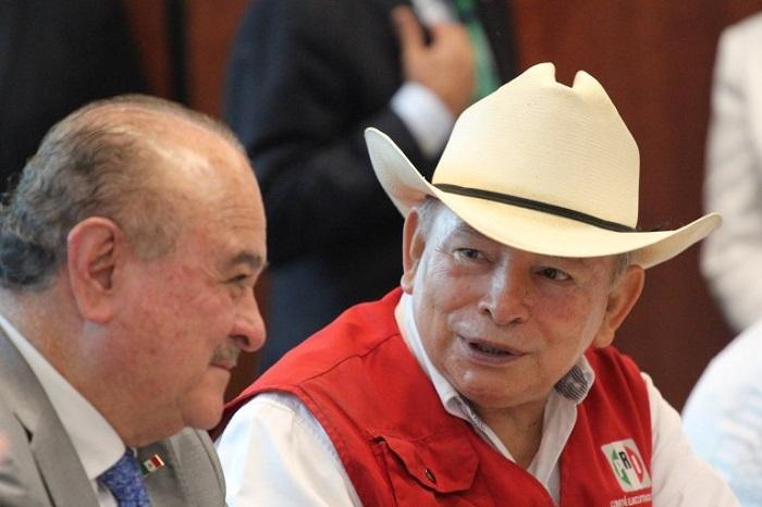 El Senador Ernesto Ruffo, a la izquierda, señaló dilaciones intencionales en el proceso de dictaminación. Foto: Luis Barrón, SinEmbargo