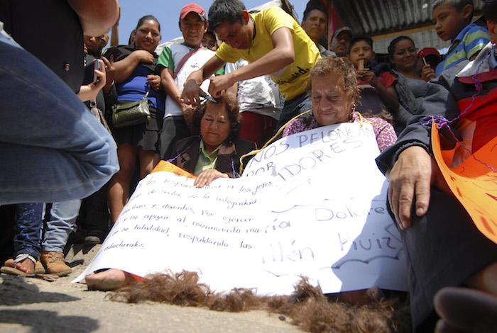 Seis funcionarios y maestros fueron rapados por maestros opositores a la Reforma Educativa. Foto: Cuartoscuro
