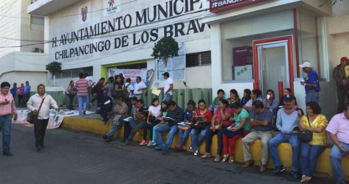 más de 200 maestros desalojaron a trabajadores del edificio y cerraron todos los accesos. Foto: Jesús Guerrero