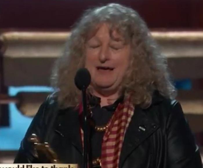 """""""Denisse de kalafe en los #Oscars recogiendo su premio por la canción más reproducida en 10 de mayo por siempre amen"""". Foto: Twitter vía @chinooorom"""