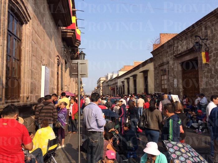 Maestros protestan en el Ayuntamiento de Morelia. Foto: Provincia.
