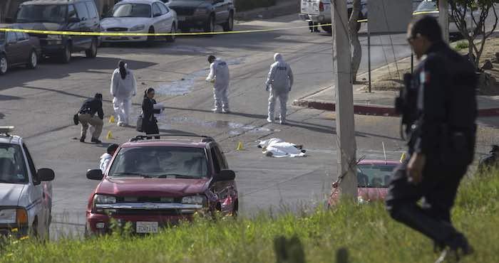 En la imagen, la escena de un doble crimen en las inmediaciones del bulevar Rosas Magallón en la delegación, San Antonio de Los Buenos, en la ciudad de Tijuana. Foto: Cuartoscuro.