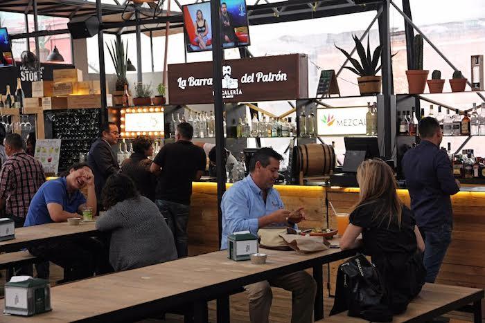 Las mesas compartidas son parte del concepto de convivencia. Foto: Luis Barrón, SinEmbargo