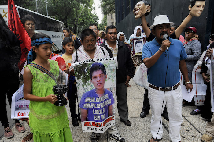 Padres de familia de los 43 estudiantes desaparecidos en Ayotzinapa exigieron este lunes frente a la PGR el esclarecimiento de los hechos. Foto: Galo Cañas, Cuartoscuro