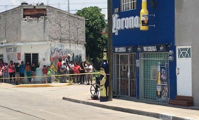 Al menos cuatro hombres armados irrumpieron la tarde de ayer en una cervecería ubicada en la colonia Lourdes, en el municipio de Abasolo, y dispararon contra dos sujetos que estaban al interior del inmueble. Foto: Zona Franca
