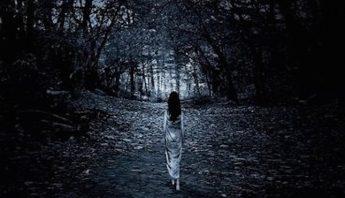 Mujer caminando de noche