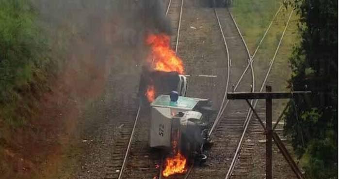Normalistas queman camiones en la vías. Foto Provincia