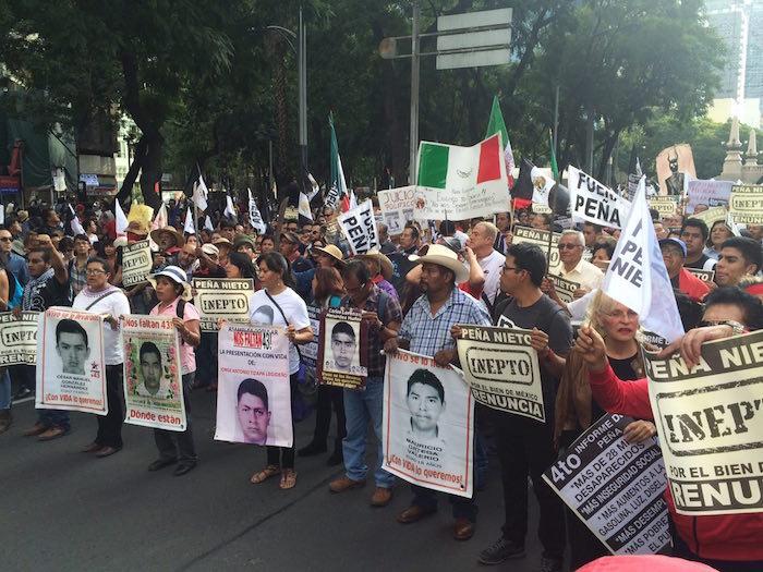 Padres de los 43 estudiantes de Ayotzinapa desaparecidos exigen la renuncia de Peña Nieto. Foto: Octavio Rivera, SinEmbargo