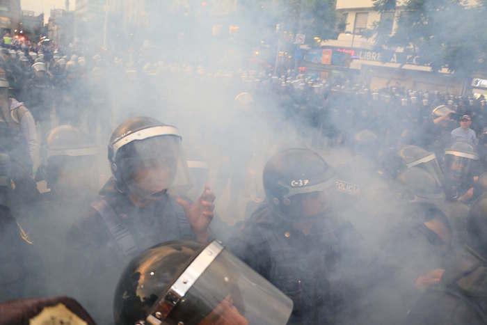 Policías impidieron el paso de manifestantes al Zócalo de la Ciudad de México. Foto: Cuartoscuro