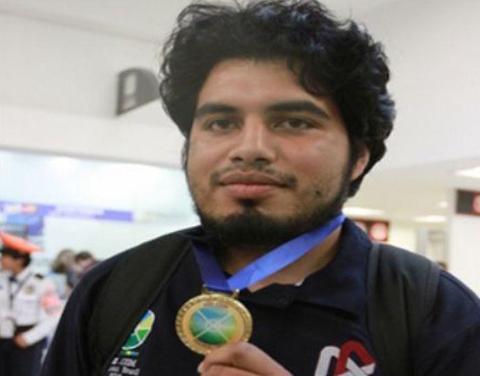 El mexicano mostrando su medalla. Foto: Especial