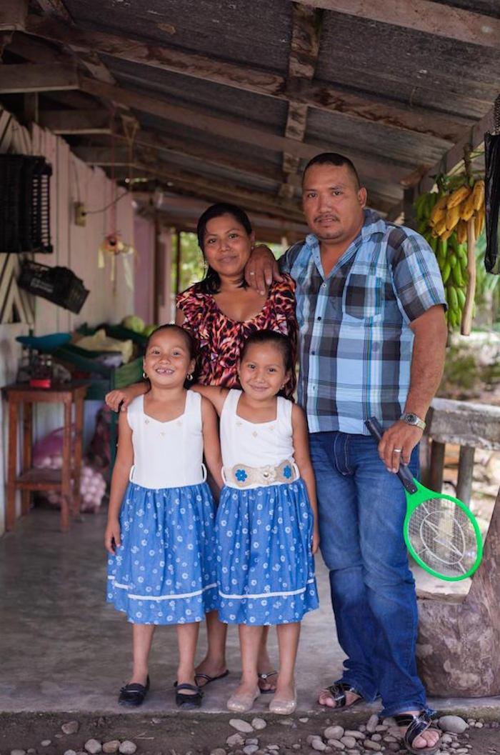 Romeo Cruz 'el hombre encorvado', su raqueta y su familia. Foto: Moysés Zúñiga/VICE News