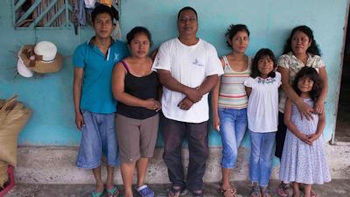 Entre los habitantes de la comunidad construyeron la pequeña clínica que da servicio a las 400 personas. Foto Moysés Zúñiga, VICE