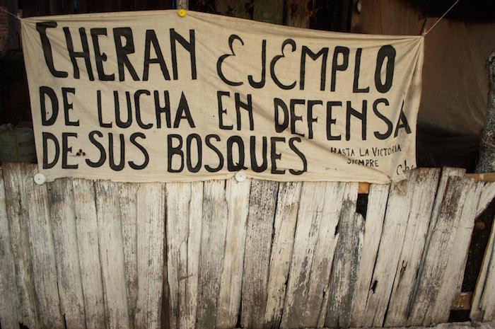 """CHERÁN, MICHOACAN, 10DICIEMBRE2011.- Desde el 15 de abril pasado, este pueblo purépecha se transformó. Ese día comuneros de Cherán se enfrentaron a talamontes de la comunidad de Capácuaro, cansados de que arrasaran con sus bosques -fuente de sustento de una mayoría-, de que secuestraran a sus familiares, acosaran a las mujeres, extorsionaran y asesinaran a los que se opusieran, el pueblo contuvo y expulsó a los talamontes y al crimen organizado. Éstos ingresaban impunemente al territorio con la complicidad de los aparatos de justicia, policía, militares y políticos, según explican los entrevistados. Pero lo que comenzó como un freno a la depredación de sus bosques, la organización del pueblo frente la complicidad y pasividad de los gobiernos federal, estatal y municipal ha devenido en la construcción de la propia organización de la comunidad: la policía municipal fue desarmada y se formó un cuerpo de seguridad que vela toda la noche para disuadir al crimen organizado de ingresar al pueblo, se desconoció al presidente municipal priísta, y ahora la organización política recae en la comunidad, en una asamblea comunitaria. Este tipo de autodefensa va a cumplir 8 meses de una resistencia """"difícil y cansada, pero que vale la pena"""", dice uno de los pobladores. Desde el inicio decidieron expulsar a los partidos políticos y gobernarse ellos mismos, ya que """"los partidos políticos dividen a los pueblos"""", creen los pobladores. Los habitantes de Cherán optaron por no participar en el proceso electoral de noviembre pasado y elegir a sus autoridades comunitarias por usos y costumbres, o sea, asumir el poder horizontal a través de la asamblea comunitaria. Ahora están en proceso de que las instituciones estatales y federales reconozcan su determinación. """"El pueblo ha cambiado"""", dicen, """"ahora no hay delincuencia, no hay asaltos, secuestros, asesinatos, es un pueblo seguro, porque el propio pueblo se cuida"""". FOTO: ADOLFO VALTIERRA/CUARTOSCURO.COM"""