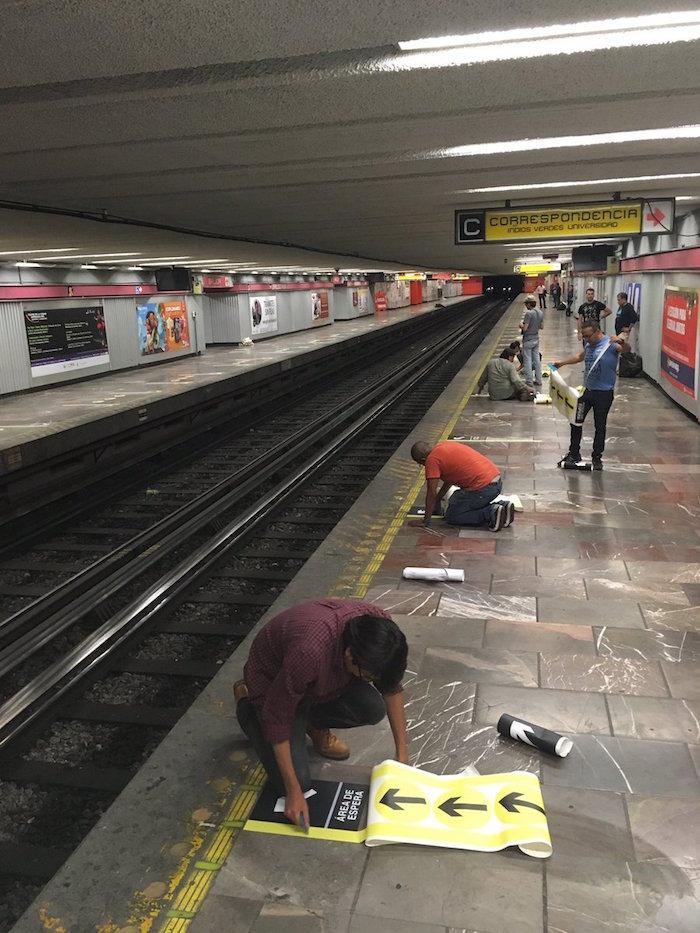 Colocación de señalamientos en la estación. Foto: @cgg_mx