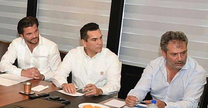 Alejandro Moreno Cárdenas (al centro), gobernador de Campeche. Foto: Especial