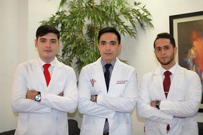 Alberto Kousuke de la Herrán Arita y dos de sus estudiantes. Foto: Conacyt
