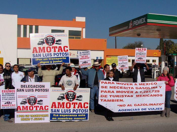 Trasportistas potosinos e integrantes de agencias de viajes se manifiestaron contra el gasolinazo, en el kilómetro 4.5 de la carretera San Luis-Matehuala. Foto: Cuartoscuro.