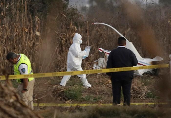 Expertos trabajan en torno a los restos de la aeronave donde viajaban la entonces Gobernadora de Puebla, Martha Érika Alonso, y su esposo, el Senador, Rafael Moreno Valle.