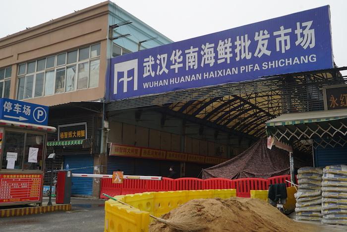 El mercado mayorista de mariscos de Huanan, donde un número de personas relacionadas con el lugar se enfermaron de un coronavirus, continúa cerrado en Wuhan, en China, el martes 21 de enero de 2020. Foto: Dake Kang, AP