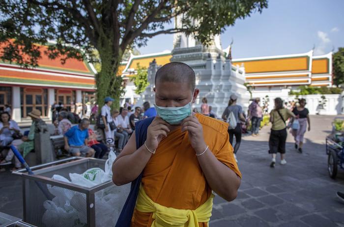 En esta imagen, tomada el 13 de febrero de 2020, un monje budista se ajusta una mascarilla en la cara en el Wat Pho, Bangkok, Tailandia. Foto: Gemunu Amarasinghe, AP