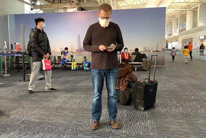 El doctor Ian Lipkin, experto en virus de la Universidad de Columbia, en el aeropuerto de Guangzhou, China, el 1 de febrero de 2020. Lipkin y otros se han sometido a cuarentena voluntaria debido al coronavirus. Foto: Guo Cheng/Courtesía de Ian Lipkin vía AP