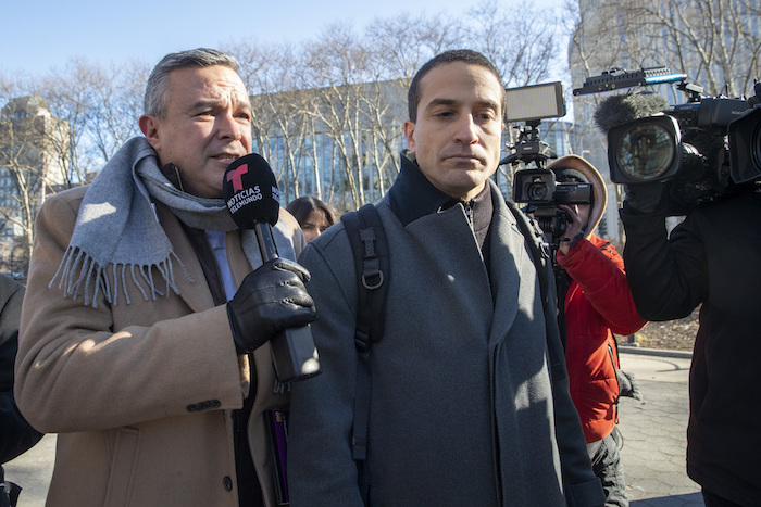En esta fotografía del 21 de enero de 2020, César de Castro, al centro, abogado del ex Secretario de Seguridad Pública mexicano Genaro García Luna, es rodeado por reporteros al salir de una corte federal de Brooklyn, Nueva York. Foto: Mary Altaffer, archivo, AP