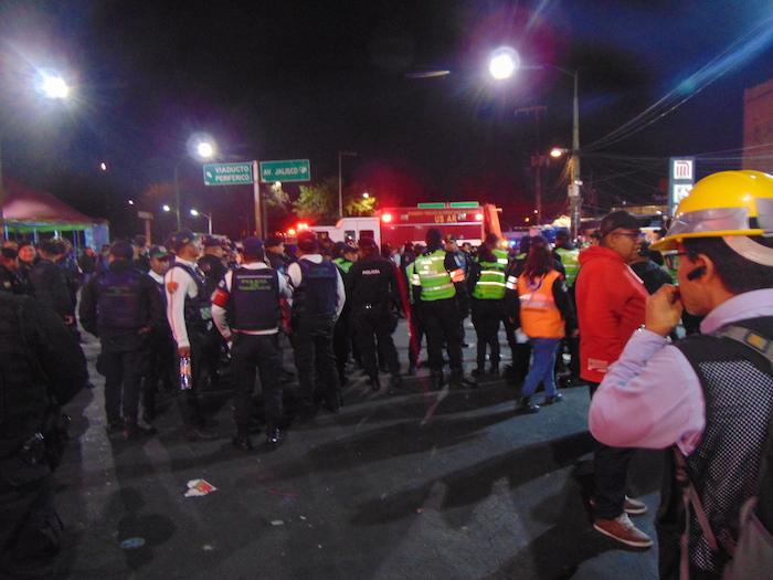 Policías y servicios de emergencia esperaban noticias a las afueras del Metro Tacubaya. Foto: Carlos Vargas, SinEmbargo