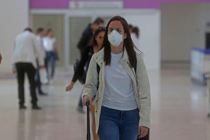 Una mujer con cubrebocas en el aeropuerto Guadalajara. Foto: Fernando Carranza, Cuartoscuro