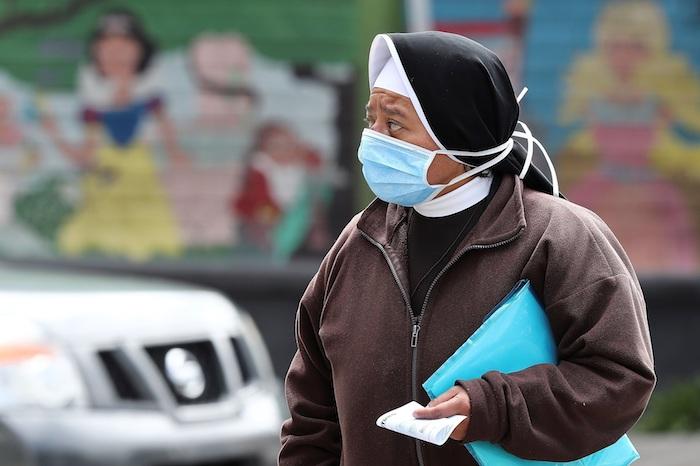 Una persona con mascarilla camina este jueves, por una calle de Quito (Ecuador). Foto: José Jácome, EFE