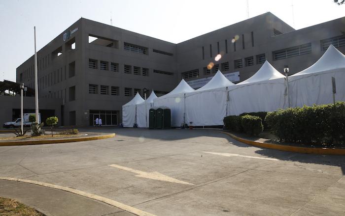 Se instalan carpas blancas frente a un hospital de Ciudad de México para atender casos de coronavirus, 1 de abril de 2020. Foto: Marco Ugarte, AP