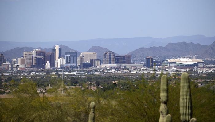 El centro de Phoenix es fácilmente visible a la distancia el martes 7 de abril de 2020 ante la menor circulación de vehículos en Arizona por la orden de permanecer en casa debido al coronavirus.