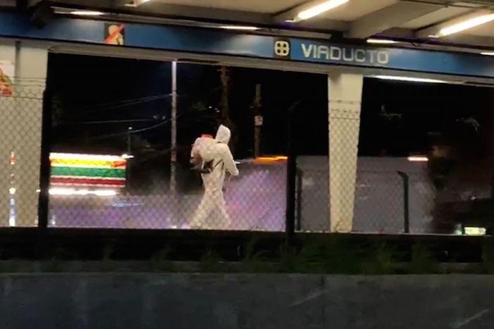 Fumigación de las estaciones de la Línea 2 del Metro de la Ciudad de México que corre sobre calzada de Tlalpan, para evitar que se propague el COVID-19 entre los usuarios. Foto: Luis Carbayo, Cuartoscuro