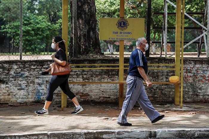 personas-caminan-paraguay-coronavirus-cubrebocas
