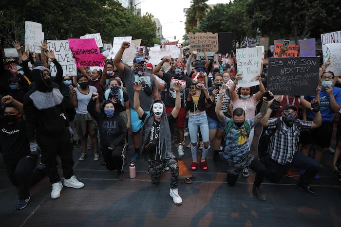 Protesta en Las Vegas el 30 de mayo de 2020 por la muerte de George Floyd, un hombre afroamericano que murió asfixiado estando detenido por la policía el pasado 25 de mayo en Minneapolis. Las autoridades de salud temen que las protestas aumenten los contagios de coronavirus.