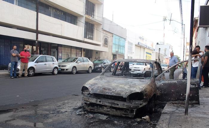 Presuntos miembros de bandas criminales incendiaron vehículos y bloquearon carreteras, este sábado en la ciudad de Celaya, en el estado de Guanajuato (México).