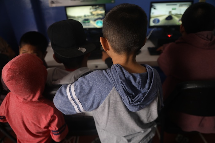 Un grupo de menores que permanecen es una casa de acogida observando computadoras el pasado 13 de mayo, en Ciudad de México (México).