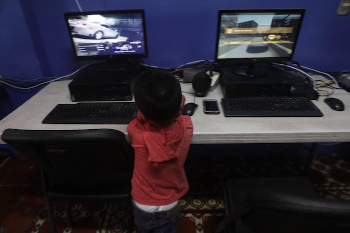 Un menor que permanece es una casa de acogida observa unas computadoras el pasado 13 de mayo, en Ciudad de México (México).