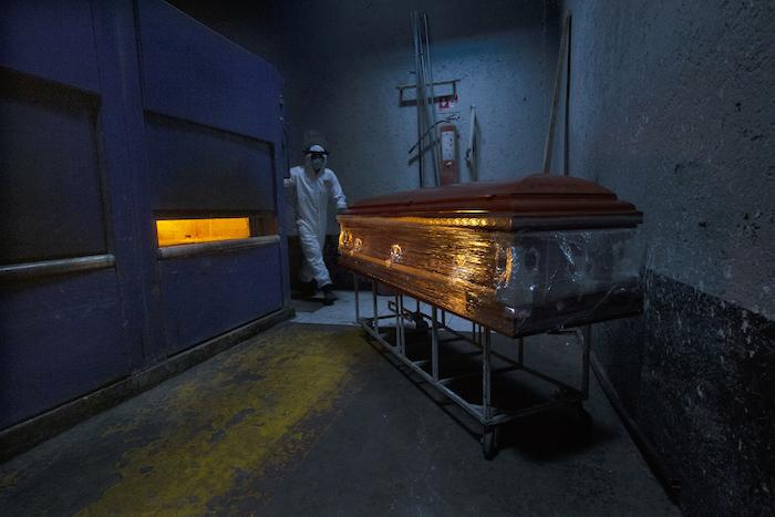Un empleado de crematorio prepara un horno para una víctima de COVID-19 en el Panteón San Nicolás Tolentino en la Alcaldía Iztapalapa en Ciudad de México el jueves 4 de junio de 2020.