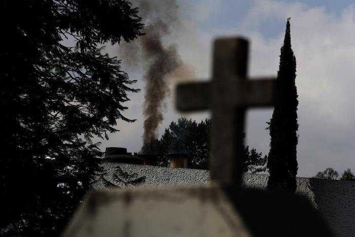 Humo sale de un crematorio en el Panteón San Nicolás Tolentino en la Alcaldía Iztapalapa en Ciudad de México, el martes 2 de junio de 2020. En los primeros días de la pandemia en marzo, incineraban 15 cuerpos al día. Para mayo, ese número había aumentado a entre 30 y 35 diarios.