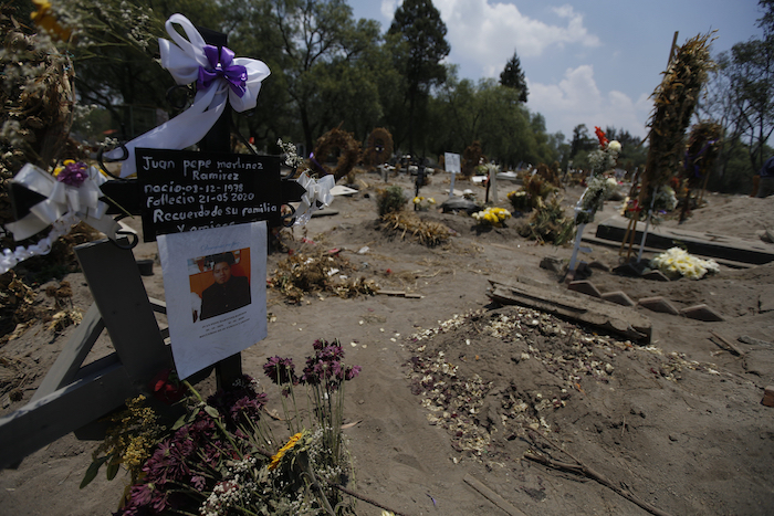 Un letrero indica el lugar de la tumba de Juan Pepe Martínez Ramírez, que nació el 1 de diciembre de 1978 y murió el 21 de mayo de 2020, en una sección del cementerio San Lorenzo Tezonco Iztapalapa reservado para víctimas de COVID-19 en el barrio Iztapalapa en Ciudad de México, el martes 2 de junio de 2020. Los entierros ya no son como eran antes, ahora duran apenas 15 minutos.