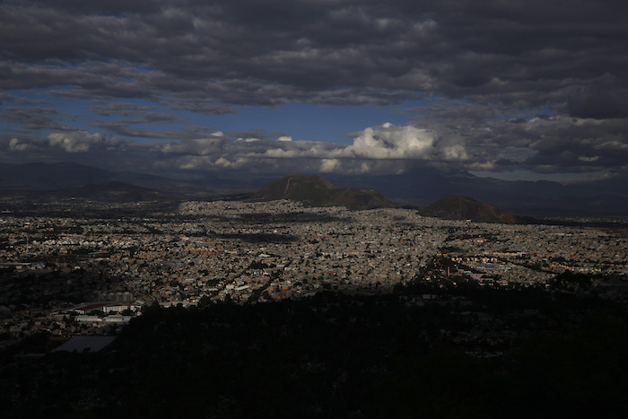 Panorama de la Alcaldía Iztapalapa en Ciudad de México el miércoles 3 de junio de 2020. Empleados del cementerio municipal San Lorenzo Tezonco en Iztapalapa dicen que han enterrado más cuerpos en las últimas semanas de lo que jamás han visto.